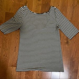 Old navy t shirt .